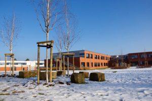 Das Schulgebäude im Winter 2017