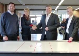 Übergabe des Airhockeytisches durch den Förderverein