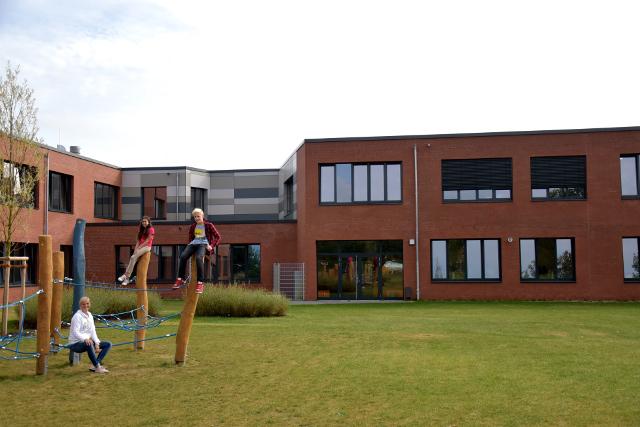 Hier könnt ihr uns mit Frau Hader vor unserem Neubau sehen